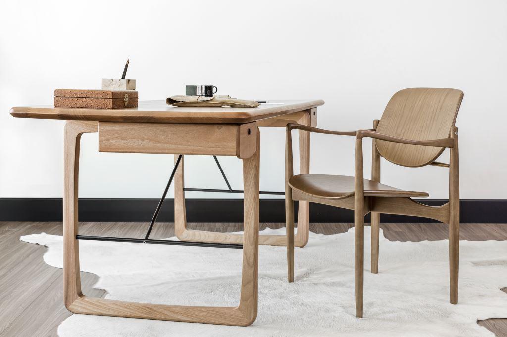 Clami Cadeira Logan e Escrivaninha DIX de Lucas Bond Coleção Diálogos