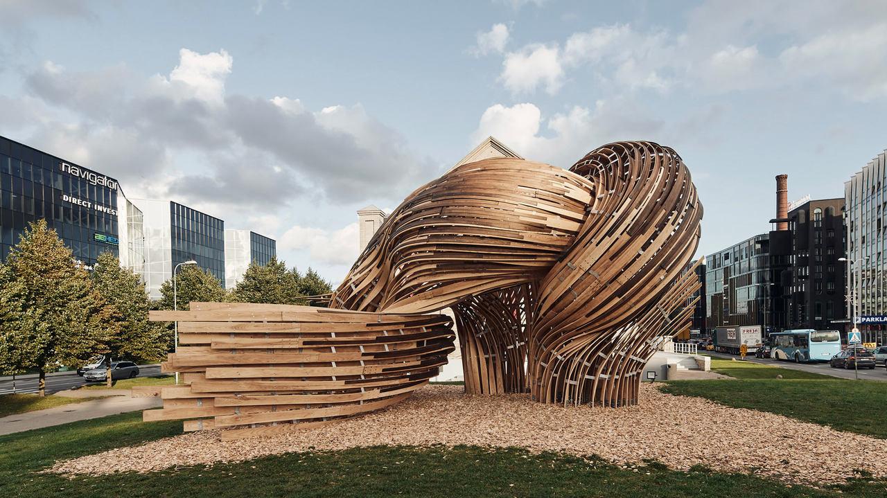 Realidade aumentada e tecnicas antiquadas para trabalhar madeira criam uma escultura sinuosa em Tallinn ZUNKgZuH Easy Resize com